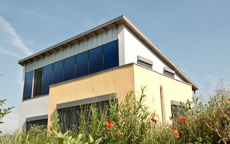 How to design an 85 % solar-heated and 100 % solar air-conditioned house